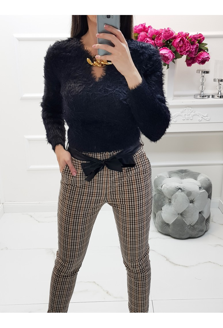 Huňatý sveter s náhrdelníkom Lippo - čierny